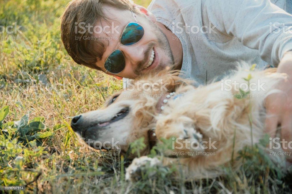 b43314ea69e6f Abenteuer auf der Golden Retriever: Freunde Wandern mit Hund Lizenzfreies  stock-foto