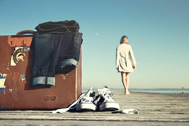 avventurosi donna cammina verso la sua destinazione - donna valigia solitudine foto e immagini stock