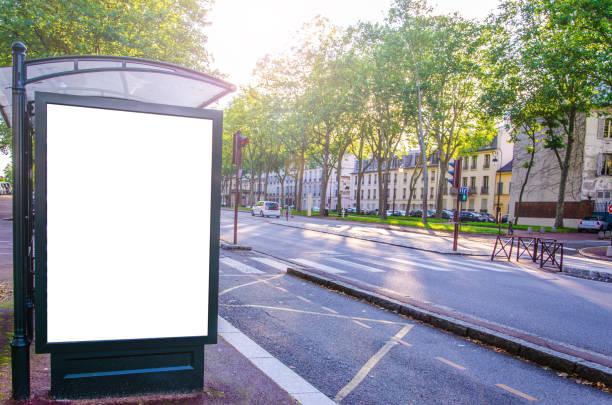 werbetafel mit weißem display und kopieren leerzeichen in einer städtischen straße - filmplakate stock-fotos und bilder