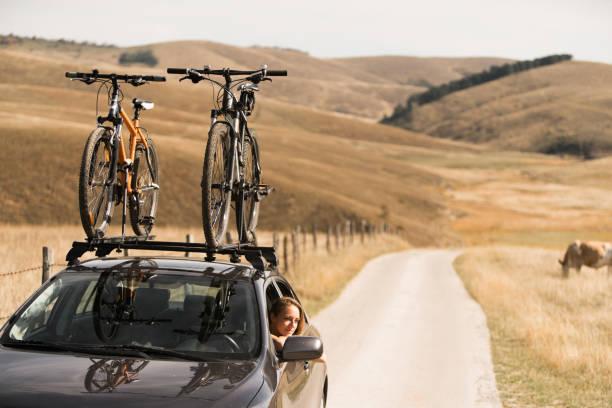 adveture zeit auf roadtrip - fahrradträger stock-fotos und bilder