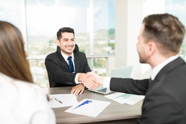 conselheiro de selar um acordo com os clientes - dia do cliente - fotografias e filmes do acervo