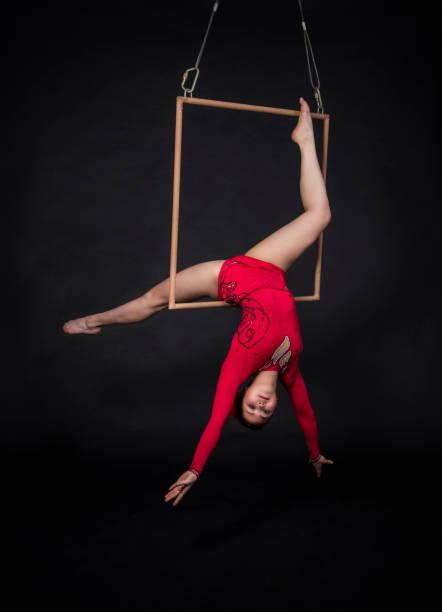 aerial acrobat im trapez. - trapez stock-fotos und bilder