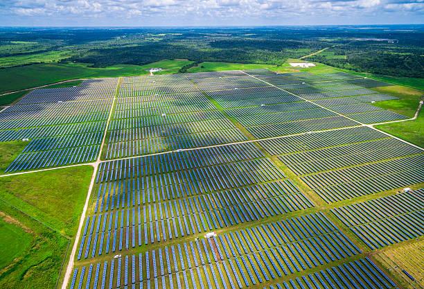 Aerial Central Texas Solar Energy Farm Thousands of Collectors - foto de stock