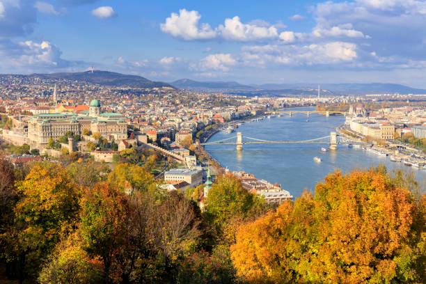 秋のシーズンでブダペストの空中都市の景観 - マーチャーシュ教会 ストックフォトと画像