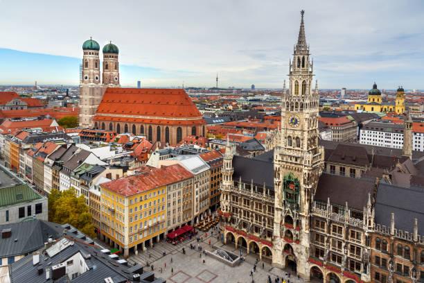 aerial stadsbilden av münchens historiska centrum med new town hall på marienplatz och frauenkirche. tyskland - marienplatz bildbanksfoton och bilder
