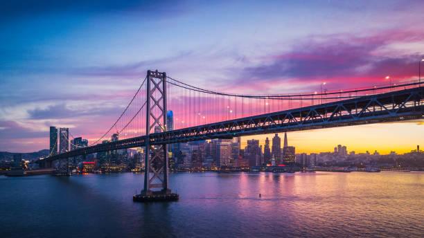 cityscape luchtfoto van san francisco en de bay bridge met kleurrijke zonsondergang, californië, verenigde staten - san francisco californië stockfoto's en -beelden