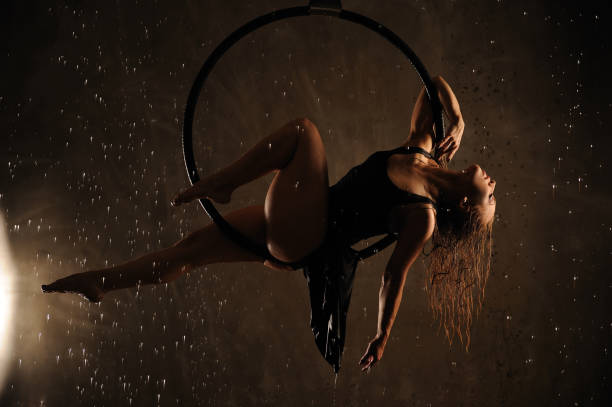 Danseuse aérienne pendant la pluie. - Photo