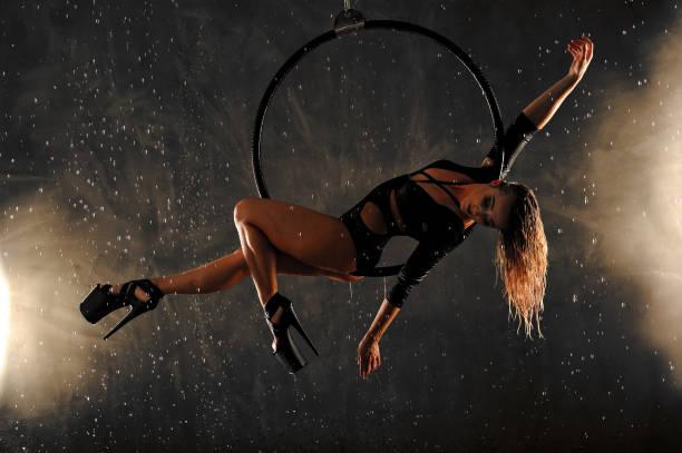 Performance de la danseuse aérienne avec anneau - Photo