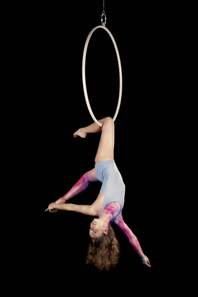 Aerial Tänzerin Performance mit ring – Foto