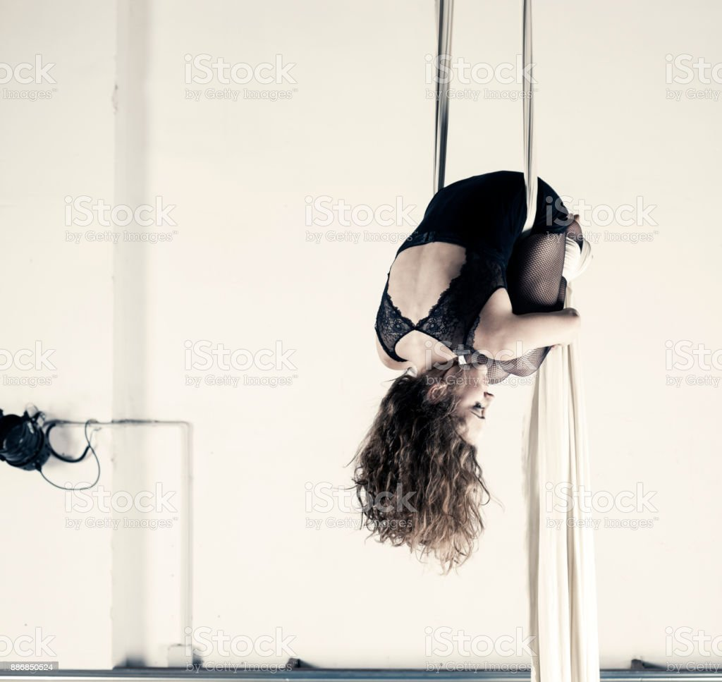 Desempeño de la bailarina aérea con sedas - foto de stock