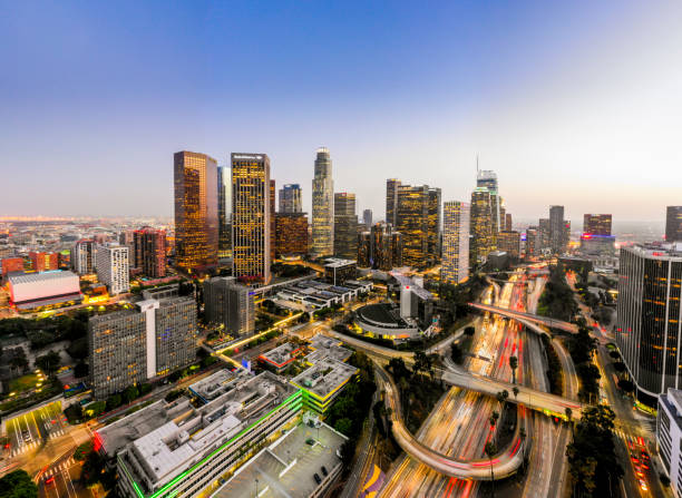 воздушный центр лос-анджелеса скайлайн ночью - деловой центр города стоковые фото и изображения