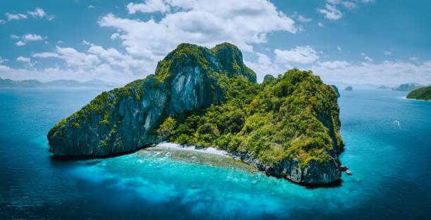 열대 낙원 서사시 엔탈룰라 섬의 공중 무인 항공기 파노라마 사진. 아름다운 산호초와 함께 푸른 석호를 둘러싸고 있는 카르스트 석회암 바위 산맥 - 카르스트 지형 뉴스 사진 이미지