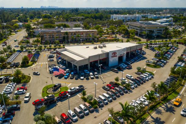 luftbild-drohne foto von einem miami-toyota autohaus - flugzeugperspektive stock-fotos und bilder