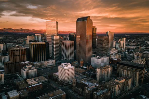 аэрофотосъемку беспилотника - восход солнца над городом денвер колорадо - деловой центр города стоковые фото и изображения