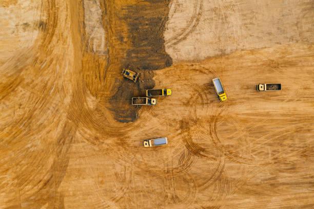 luftdrohnen-fotografie einer baustelle. - aerial overview soil stock-fotos und bilder