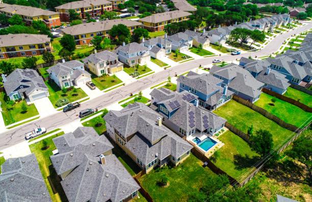 Luftfahrt-Ansicht über Vorortdächern in langer Reihe von neuen Häusern – Foto
