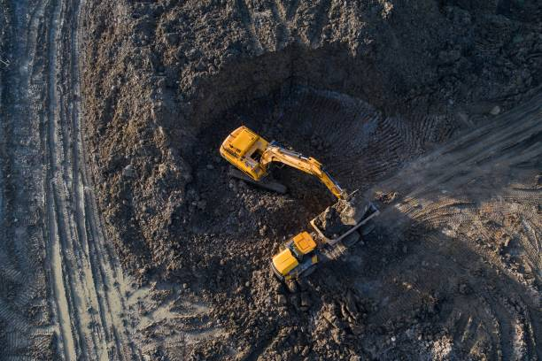 aerial drönarvy av grävmaskin lastning tipper lastbilen - excavator bildbanksfoton och bilder