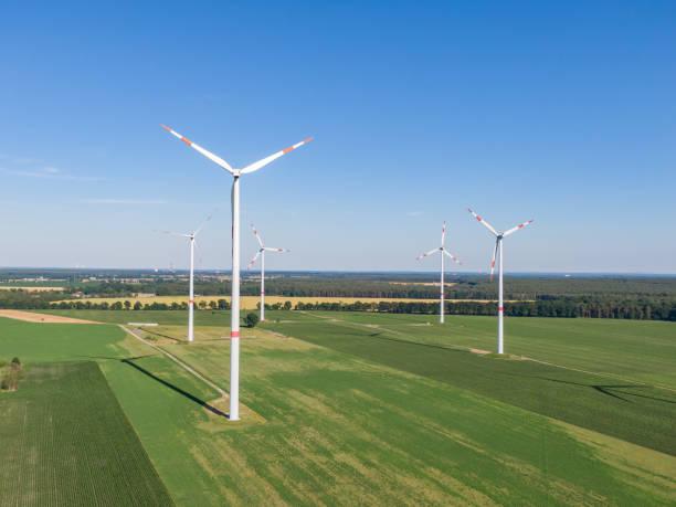 브란덴부르크 코츠부스 시 근처 독일 동부의 녹지에 있는 풍력 발전 단지의 일부인 5개의 풍력 터빈의 공중 드론 보기. 풍력 터빈은 에너지 전환 전략의 일부입니다. - 브란덴부르크 주 뉴스 사진 이미지
