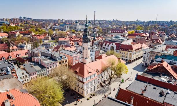 Luftfahrt-Ansicht auf das Rathaus und den Hauptplatz Zielona Gora – Foto