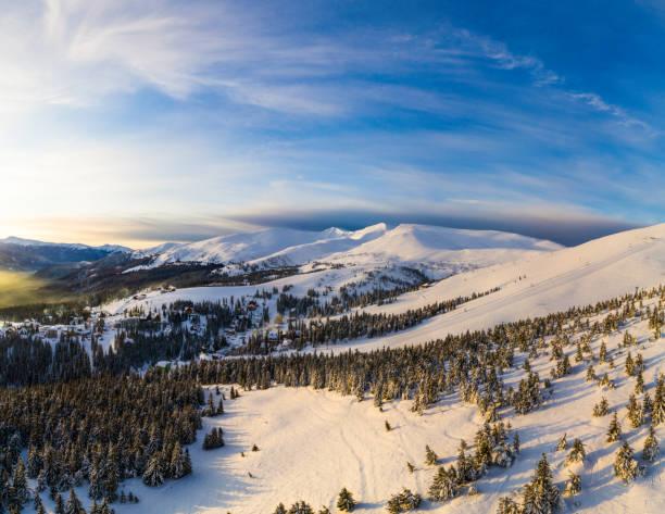 공중 비행 산 일출 아름 다운 아침 봉우리 구름 - 카르파티아 산맥 뉴스 사진 이미지