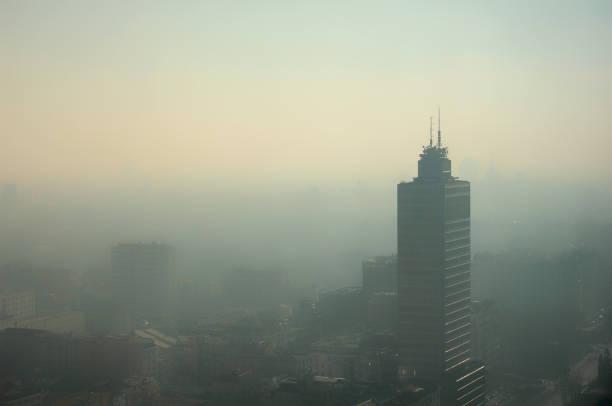mistige luchtfoto van milaan - verontreinigingskwestie - smog stockfoto's en -beelden