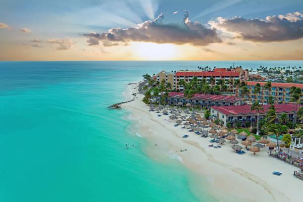 luchtfoto van manchebo beach op aruba island in het caribisch gebied bij zonsondergang - aruba stockfoto's en -beelden