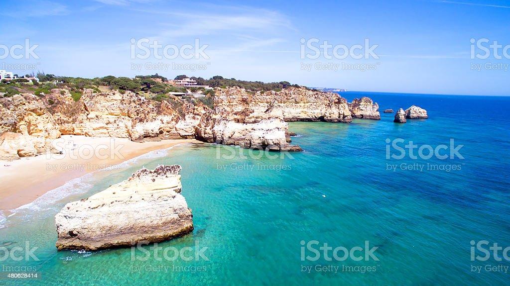 Vista aérea de pedras naturais na Praia Tres Irmaos Alvor Portugal - fotografia de stock
