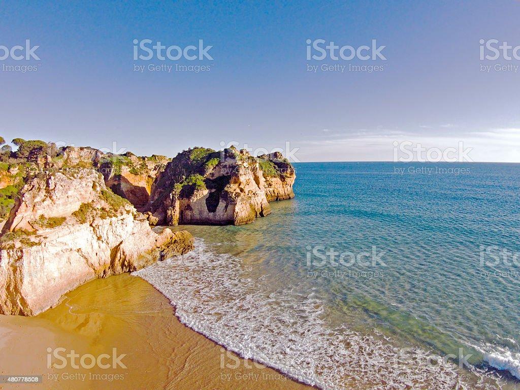 Antena de pedras e oceano, Praia tres Irmaos Portugal - fotografia de stock