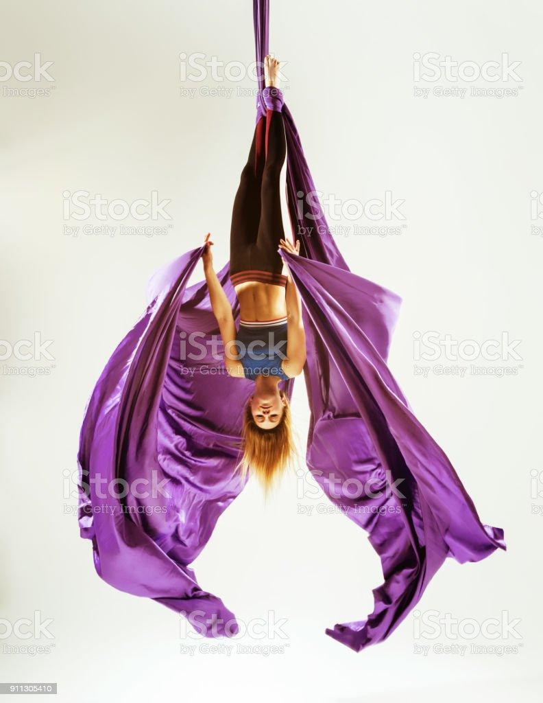 Acrobat gimnasta aérea colgado en tela - foto de stock
