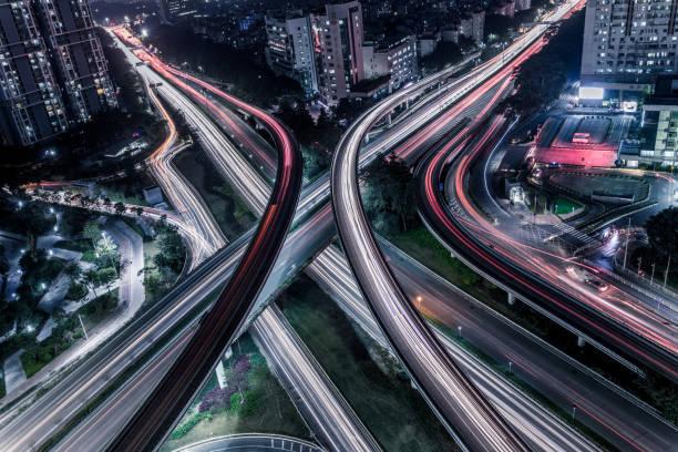 lucht snelweg junction - rotonde kruispunt stockfoto's en -beelden