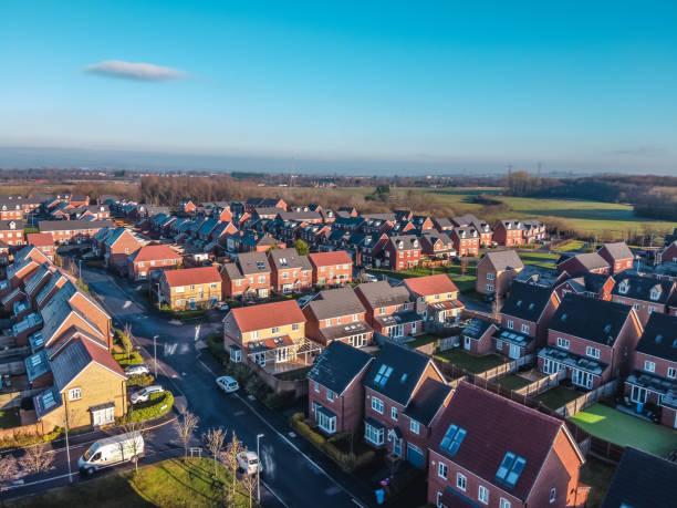 casas aéreas drone britânico britânico britânico da inglaterra acima do agente imobiliário do céu azul do verão da vista - reino unido - fotografias e filmes do acervo