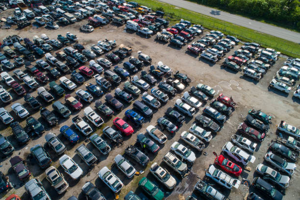 aerial image of a car junk yard with broke vehicles - wrak zdjęcia i obrazy z banku zdjęć