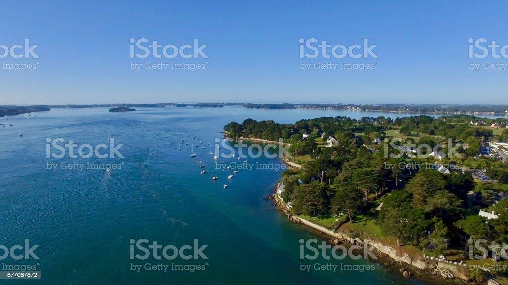 Imagen aérea del puerto de Blanc, situado en el Golfo de Morbihan, Bretaña, Francia, una de las bahías más bellas del mundo. - foto de stock