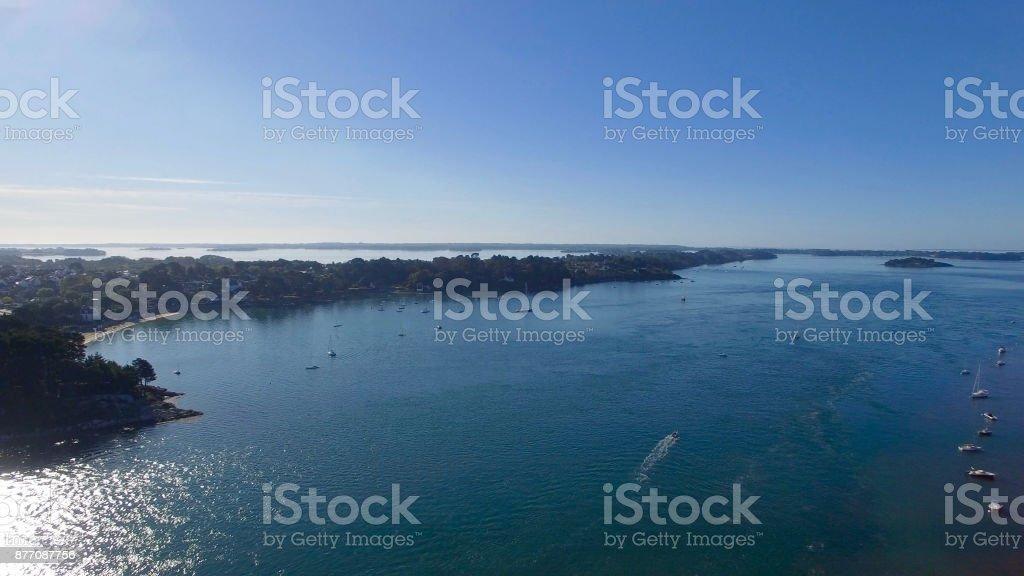 Imagen aérea del puerto de la isla de los monjes, ubicado en el Golfo de Morbihan, Bretaña, Francia, una de las bahías más bellas del mundo. - foto de stock