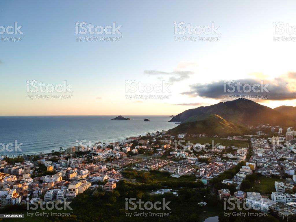 photo de paysage aérien de Recreio dos Bandeirantes plage pendant coucher du soleil, avec vue sur Prainha et Grumari en arrière-plan - Photo de Bleu libre de droits