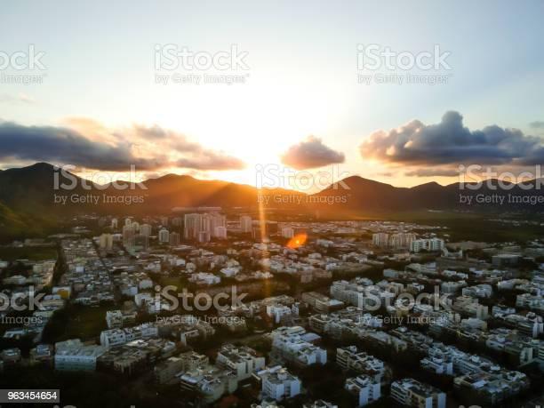 Zdjęcie Krajobrazu Lotniczego Recreio Dos Bandeirantes Plaży Podczas Zachodu Słońca Ze Słońcem Zanurzenie Za Górami I Powodując Obiektyw Pomarańczowy Obiektyw Flary - zdjęcia stockowe i więcej obrazów Bez ludzi