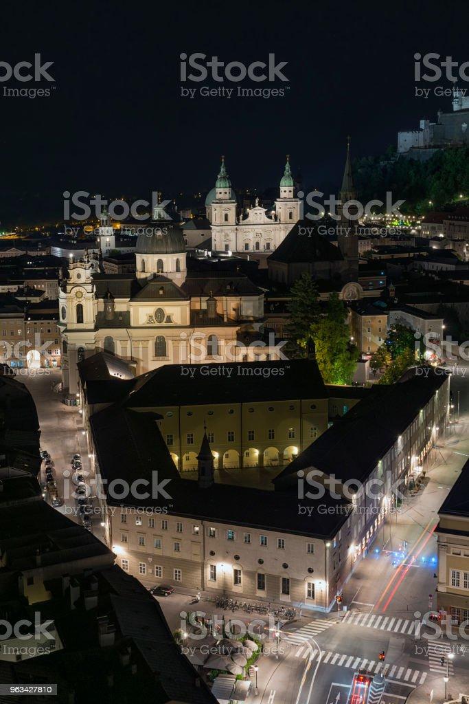 Vue de la nuit aérien de vieux Salzbourg - Photo de Architecture libre de droits