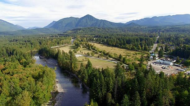 aerial north bend, washington preacher mountain and snoqualmie river view - snoqualmie foto e immagini stock