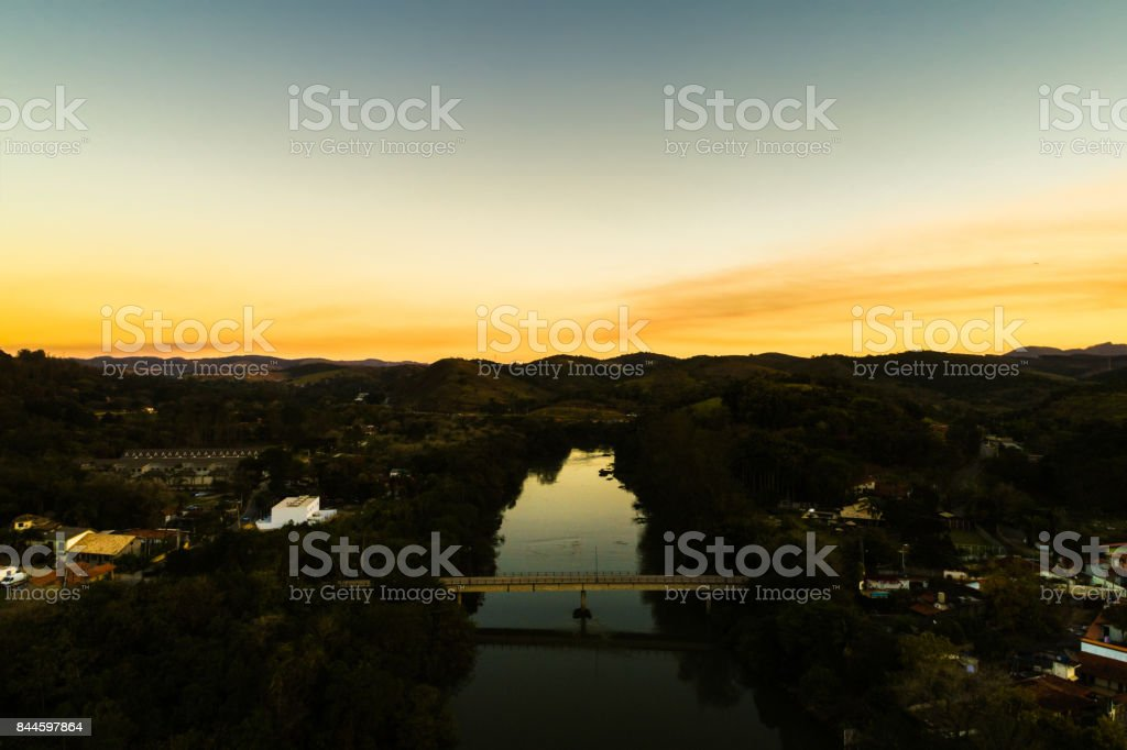 Antena de um pôr do sol na zona rural brasileira - foto de acervo