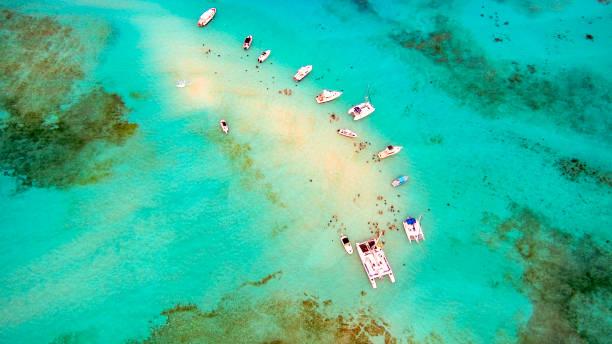 Luftaufnahmen von Booten und Personen genießen Sie Schnorcheln ich den Kristall klares Wasser – Foto