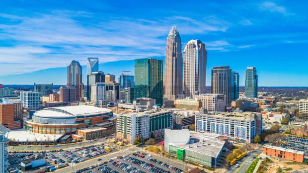 luchtfoto van het centrum van charlotte, north carolina, usa - skyline stockfoto's en -beelden