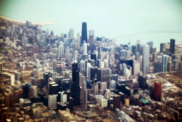 vista aérea de la ciudad de chicago, cambio de inclinación - edificio hancock chicago fotografías e imágenes de stock
