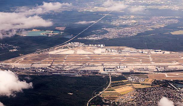 aerial of frankfurt international airport - luchthaven frankfurt am main stockfoto's en -beelden