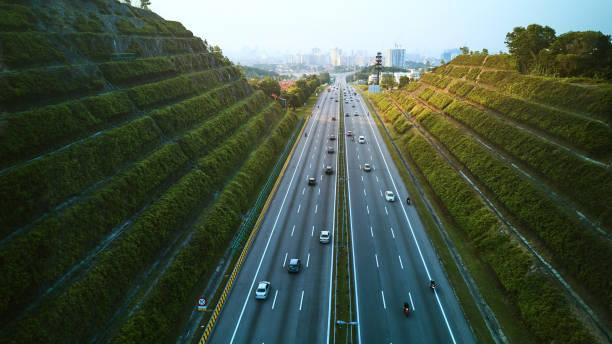 antenne van de snelweg leidt naar de stad kuala lumpur - maleisië stockfoto's en -beelden