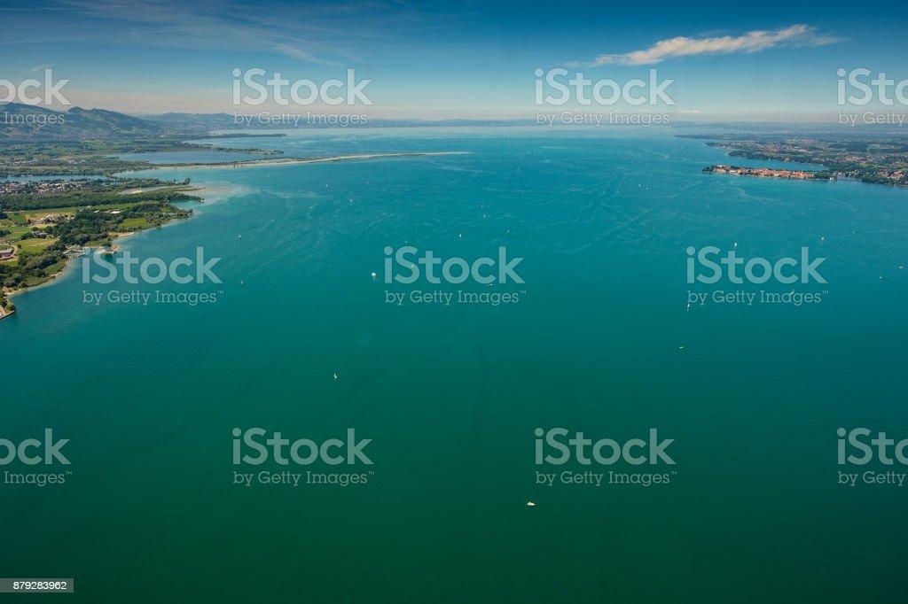 Luftbild des Bodensees mit Rhein-Nebenfluss und türkisfarbenes Wasser – Foto