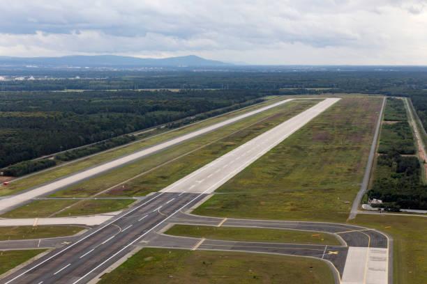 luchtfoto van runway 18 west in frankfurt airport - luchthaven frankfurt am main stockfoto's en -beelden