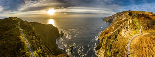 Aerial of Slieve League Cliffs gehören zu den höchsten Meeresklippen Europas, die sich auf 1972 Fuß oder 601 Meter über dem Atlantischen Ozean erheben - County Donegal, Irland – Foto