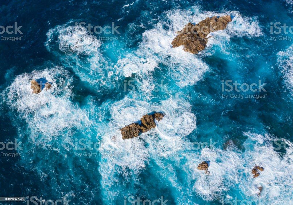 Antenne des Wellen brechen sich am Felsen – Foto