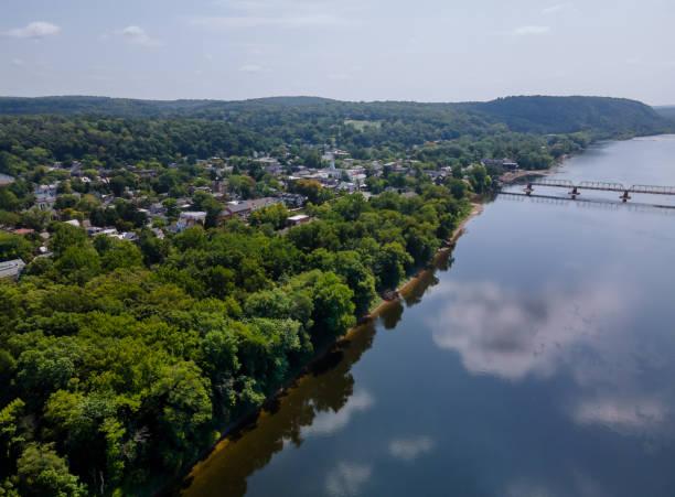 au-dessus du paysage aérien de fleuve de delaware, ville américaine de lambertville new jersey, vue près de la petite ville historique new hope pennsylvanie etats-unis - rivière delaware photos et images de collection