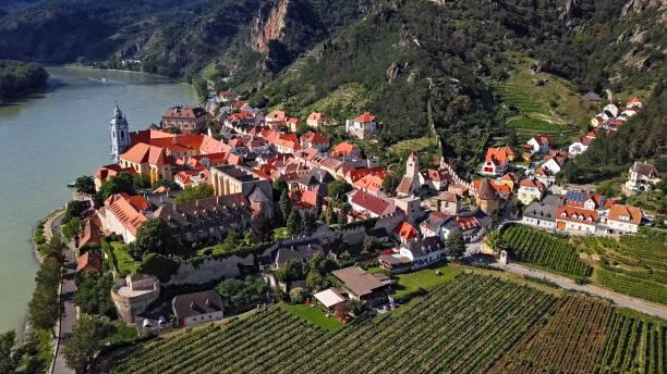 aerial panorama der stadt dürnstein. wachau valley, österreich - klosterurlaub stock-fotos und bilder
